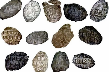 Под Новосибирском обнаружили уникальный клад петровских монет