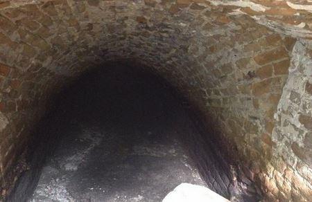 Под тротуаром в центре Житомира случайно нашли старинный туннель