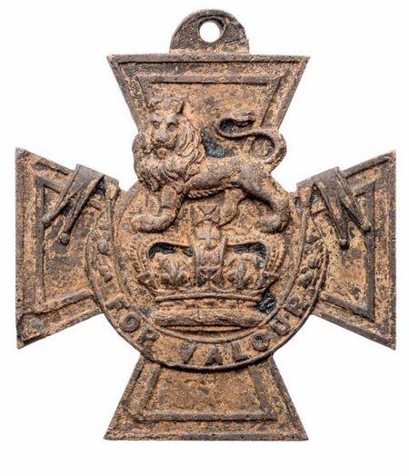 Одна из самых ранних медалей «Креста Виктории», была найдена в грязи, на берегу реки Темзы
