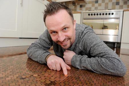 Айтишник сделал себе пол на кухне из 27 тысяч монет