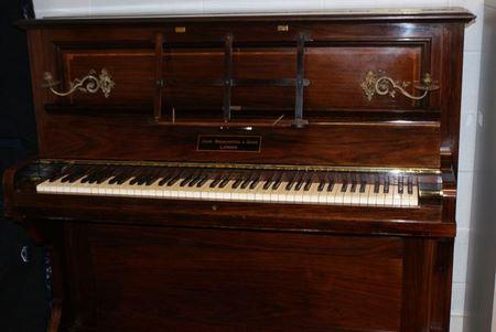 В старом пианино владельцы нашли мешочек с монетами