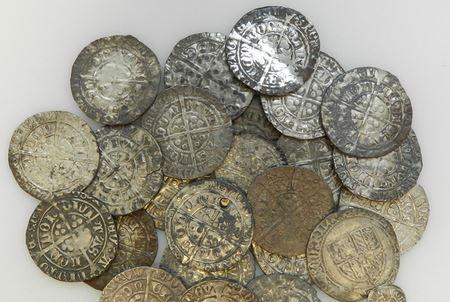 В Великобритании обнаружили клад из средневековых монет