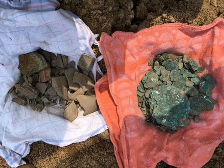Кладоискатель откопал в своем огороде горшок с монетами