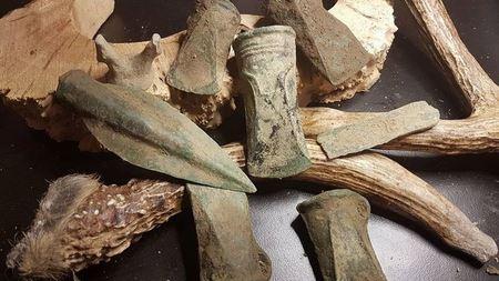 Кладоискатели нашли склад оружия бронзового века