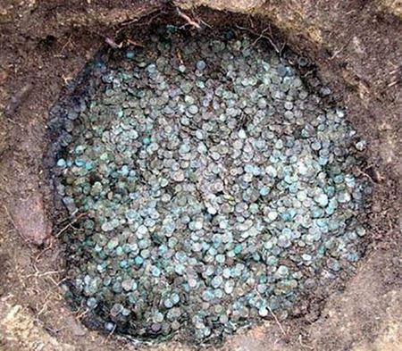 Французские археологи в мастерских римского скульптора обнаружили клад бронзовых монет Римской Империи