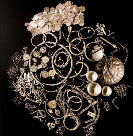 Зеландский клад серебра: браслеты, шейные гривны, цепочки и 1751 монета