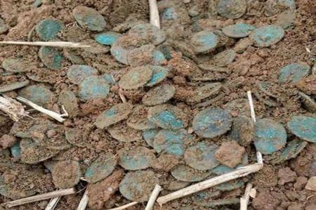 Двое британских поисковиков обнаружили клад римских монет