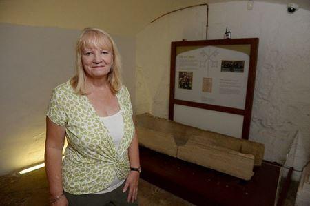 Посетители музея сломали 800-летний гроб, положив в него ребёнка для фото