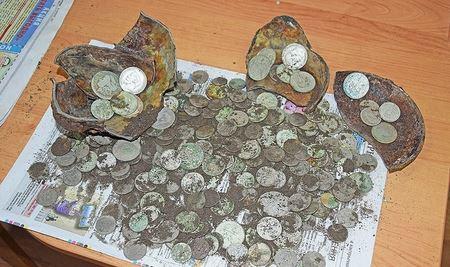 Экскаваторщик нашел клад - горшок с серебряными монетами