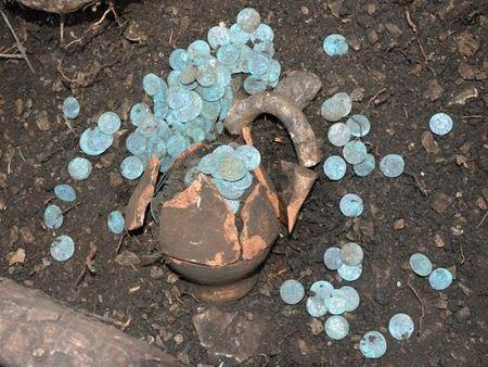 870 монет в глиняном кувшине: удачная находка двух поисковиков из Словакии