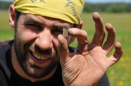 Клад дирхемов нашли в Польше: 31 целая монета и 1300 фрагментов монет