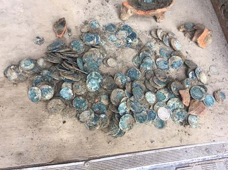 Археологи нашли старинные золотые монеты в водосточной трубе