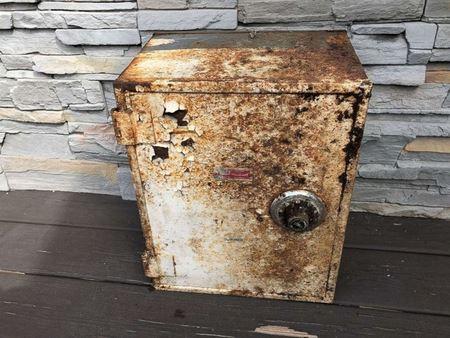 Пара из Статен-Айленда откопала в своем саду сейф с бриллиантами, золотом и деньгами