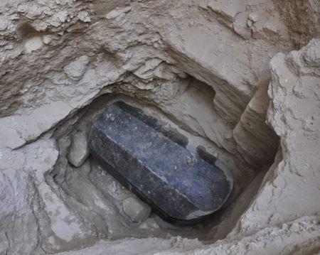 В Египте на глубине 5 метров нашли загадочный черный саркофаг