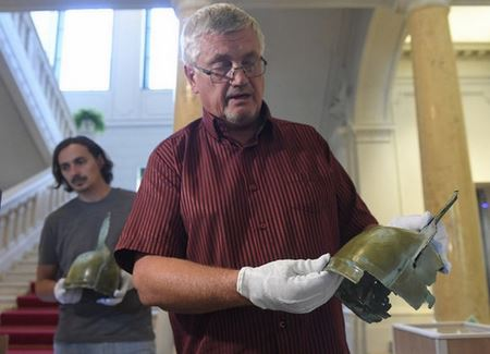 У Словаччині чоловік пішов по гриби і повернувся з двома бронзовими шоломами