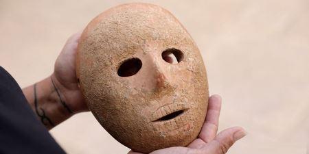 Археологи обнаружили таинственную древнюю маску в Израиле