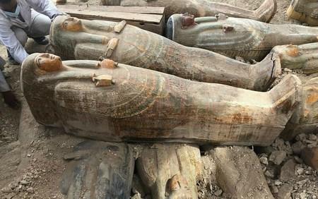Египетские археологи нашли 20 запечатанных саркофагов