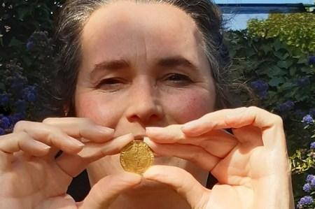 Женщина во время карантина нашла в своем саду сокровище